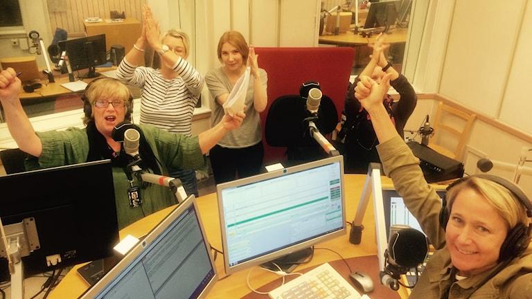 Jubel i studion: Susanne, Jenny, Alexandra, Josefin och Titti. Foto: Sveriges Radio.