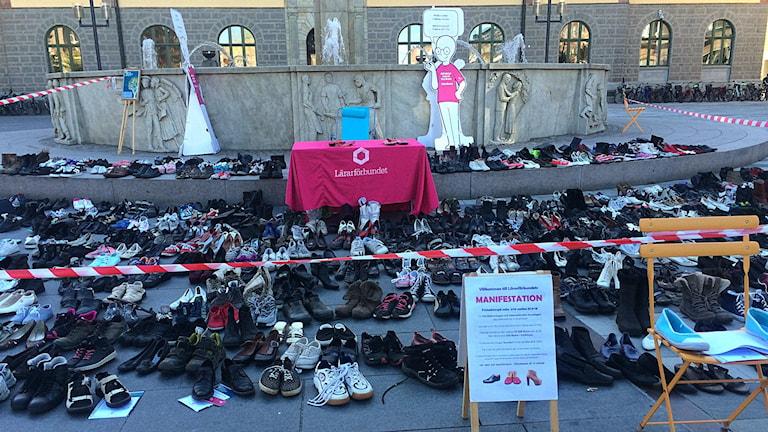 650 tomma skor har placerats ut på Fristadstorget i Eskilstuna för att representera lärarbristen som väntas 2025. Foto: Annizeth Åberg/Sveriges Radio