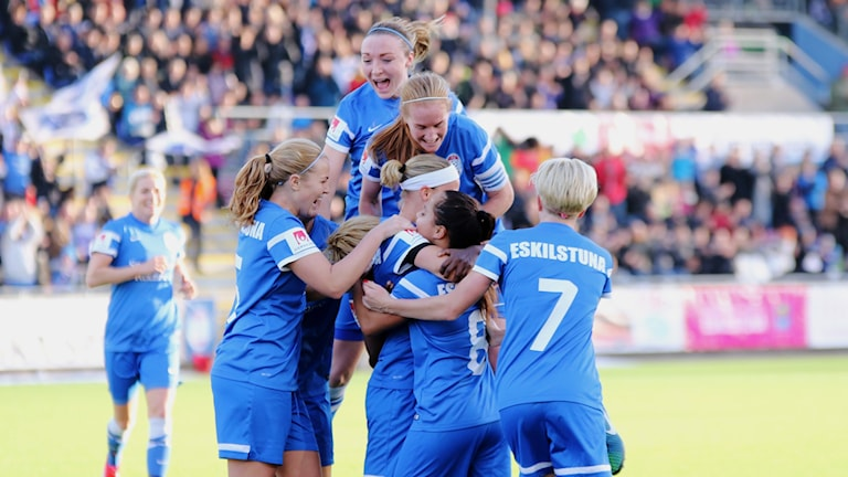Flera spelare i Eskilstuna united jublar efter ett mål i sista matchen hemma mot Göteborg säsongen 2014/2015. Foto: Anders Kjaersgaard.