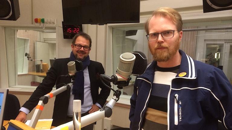 Jari Puustinen och Niklas Frykman i P4 Sörmlands studio. Foto: Petra Levinson/Sveriges Radio.