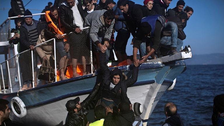 Människor anländer med båt. Foto: Marko Drobnjakovic/TT.