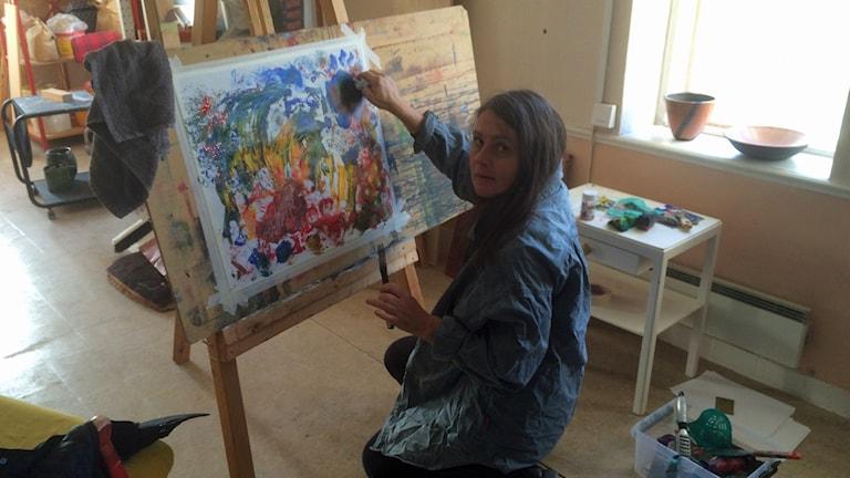 Katarina Wahlström målar. Foto: Ingrid Lidstrand Bruhn.