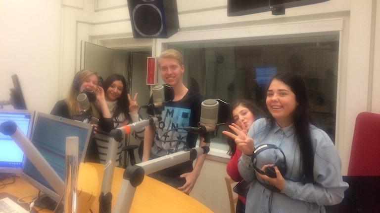 Maha Yalda, Madeleine Pezoa, Ramus Andersen, Sara Mardini och Emma Eriksson. Foto: Titti Hildebrand/Sveriges Radio.