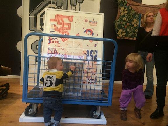 Tim, 11 månader och Nikki, 2 år går på konstvisning för barn