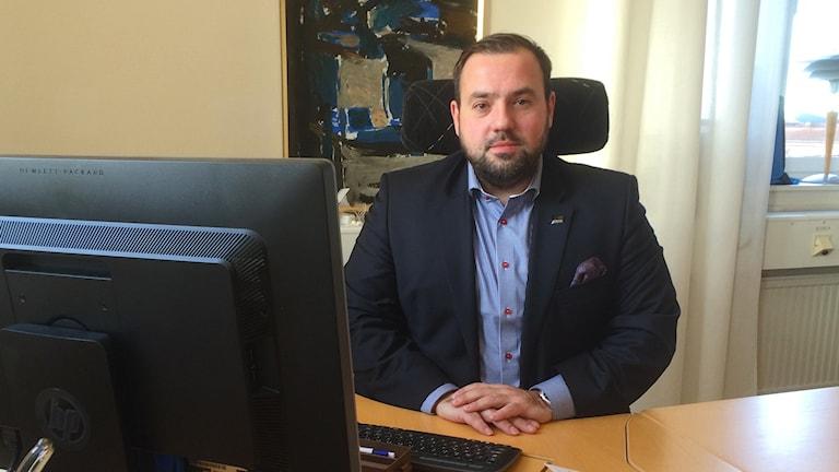 Mehmed Hasanbegovic vid sitt skrivbord. Foto: Petra Levinson/Sveriges Radio.