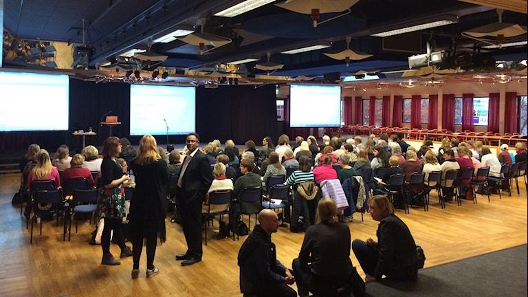 Samling i safiren vid inspirationsdag för läs- och kulturombud. Foto: Josefin Lundin/Sveriges Radio.