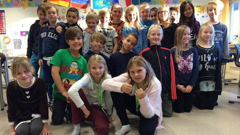 Miljökämparna Agnes Ärlehag och Desirée Orrblad tillsammans med sina klasskamrater i Junibacken 3 på Finningeskolan. Foto: Josefin Lundin/Sveriges Radio.
