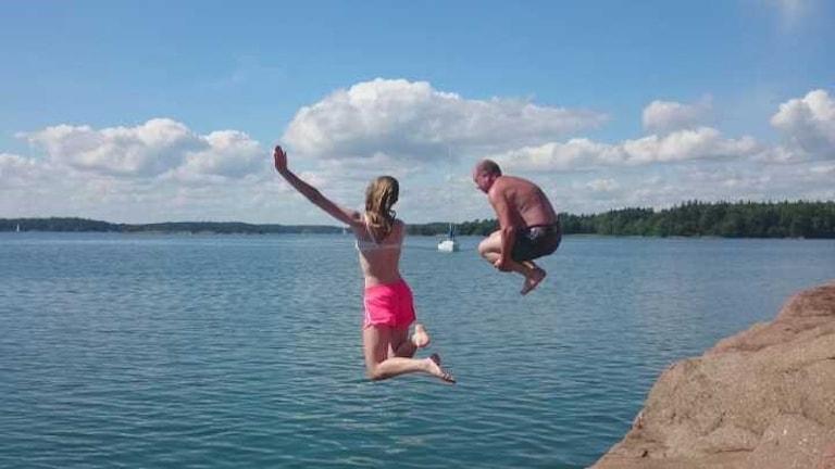 Två personer hoppar från klippor i vattnet. Foto: Lisette Lindström.
