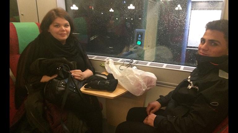 Malin-Gustavsson-och-Cesar-al-Askari-är-fast-på-tåget. Foto: Tobias Sandblad/Sveriges Radio.