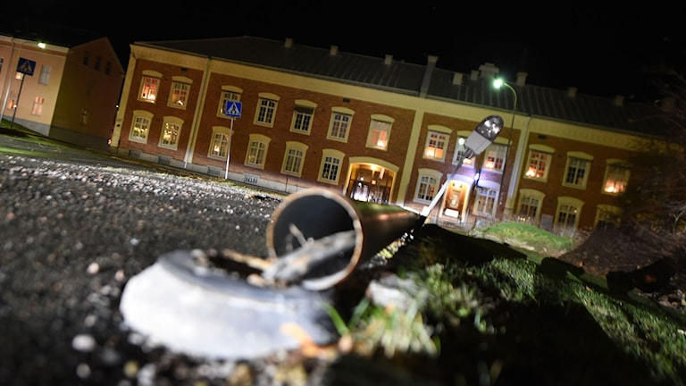Lyktstolpe har gått av och ligger på marken. Foto: Pontus Stenberg