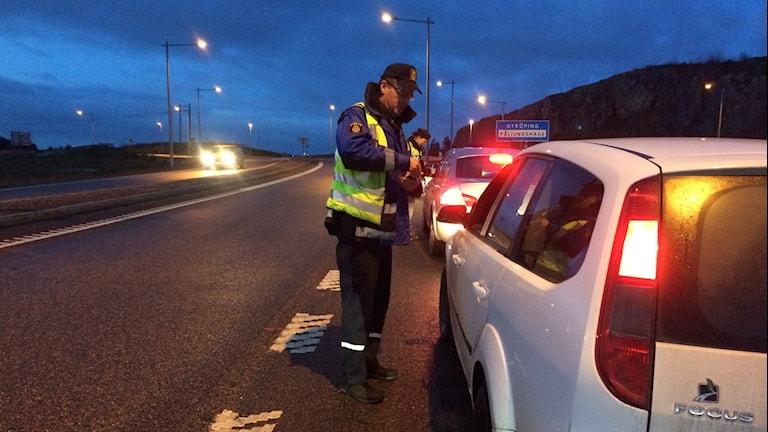Trafikpolischef Per Lange gör en nykterhetskontroll vid Påljungshage. Foto: Josefin Lundin/Sveriges Radio