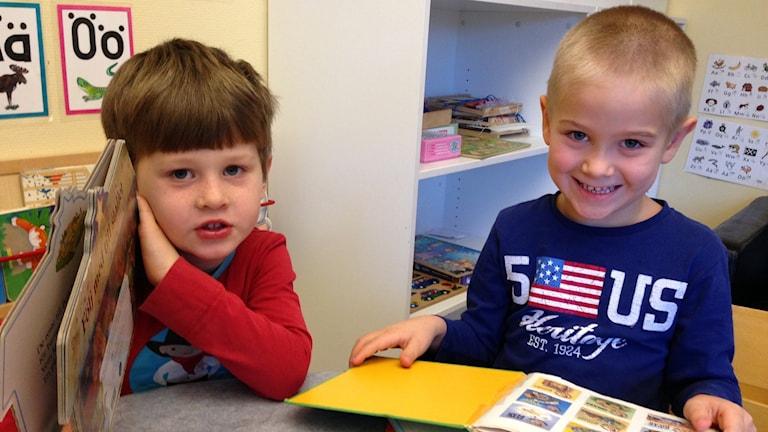 Noah Sund och Tristan Alexander på förskolan Grinden i Gnesta. Foto: Evelina Crabb/ SR P4 Sörmland.