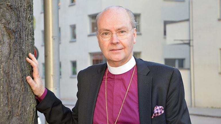 Johan Dalman i lila skjorta och vit prästkrage. Foto: Petra Levinson/Sveriges Radio.