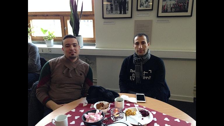 Niddal Mustafa och Ismail Alkadro äter julbord. Foto: hugo Wennström Sveriges Radio.