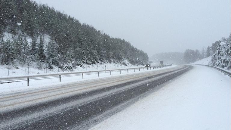 Vid rast- polisficka innan Tystberga. Extremt halt och mycket snö på vägen, speciellt vänster körfält dålig sikt. Foto: Josefin Lundin/Sveriges Radio.