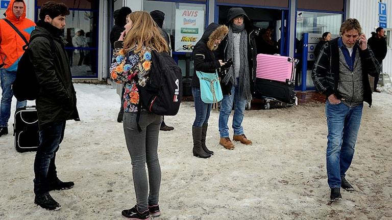 Väntande Skavstaresenärer. Foto: Per Thyrén/Sveriges Radio.