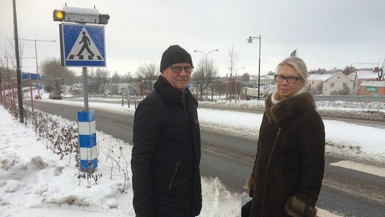 Kjell Olsson och Carina Ekström, vid Västra viadukten i Nyköping. Foto: Katarina Wahlström/Sveriges Radio.
