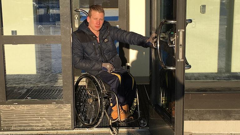 Rullstolsburne Robin Meng har det tufft med snön. Foto: Hugo Wennström Sveriges Radio.