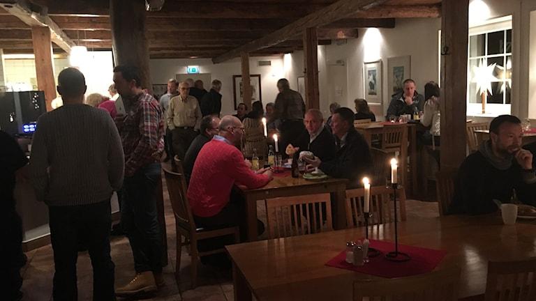 Mycket folk på Barva strand golf hotell. Foto: Hugo Wennström Sveriges Radio.