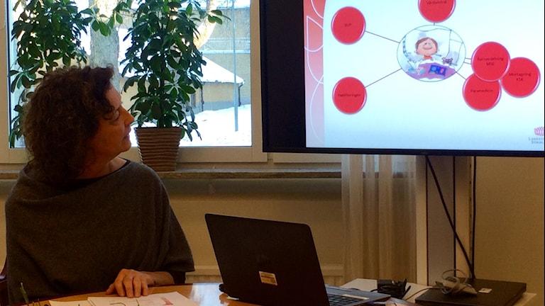 Diana Bornstein Welff tittar på en skärm. Foto: Annizeth Åberg