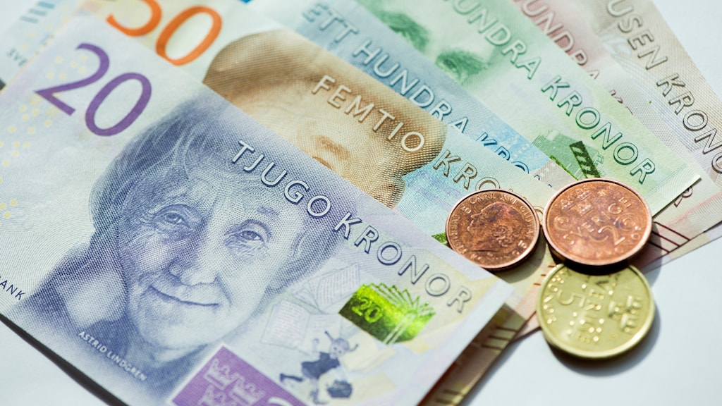 Sveriges nya sedlar och mynt. En ny femkrona sant en tvåkrona och enkrona i koppar. Säkerheten på de nya sedlarna är hög och bland annat finns 3D-detaljer i en remsa och en yta som ändrar färg när man vickar på sedeln. 20-, 50-, 200- och 1000-kronorssedlar släpps i oktober och 100- och 500 kronorssedlar samt de nya mynten nästa höst. Foto: Fredrik Sandberg/TT.