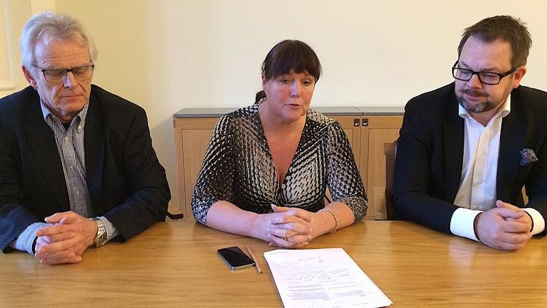 Arne Jonsson (C), Sarita Hotti (S) och Jari Puustinen (M) presenterade Eskilstuna kommuns preliminära bokslut för 2015. Foto: Reino Helin/Sveriges Radio.