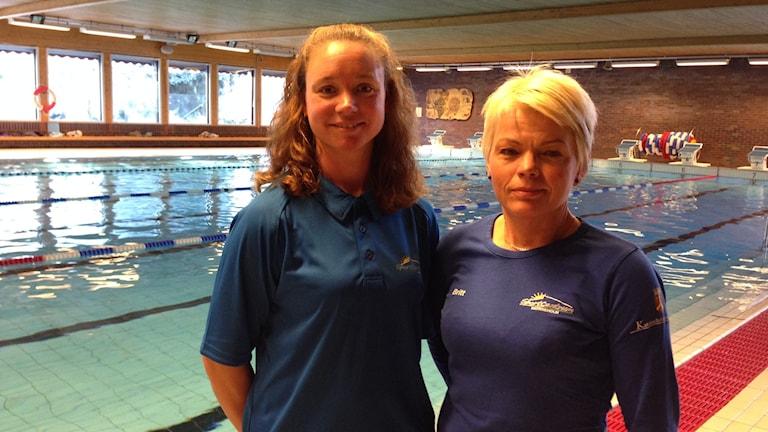 Simläraren Madelene Eriksson och arbetsledaren Britt Fredriksson i Duveholmshallen i Katrineholm. Foto: Evelina Crabb/ P4 Sörmland.