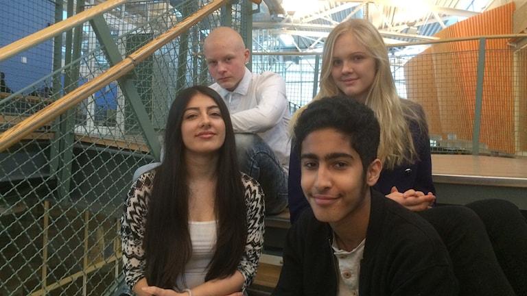 Sebastian Räisänen, Jennifer Andersson, Farhat Azizi och Abdullah Al-Abdulridha, elever i klass 9A på stenhammarskolan. Foto: Katarina Wahlström/ Sveriges Radio.