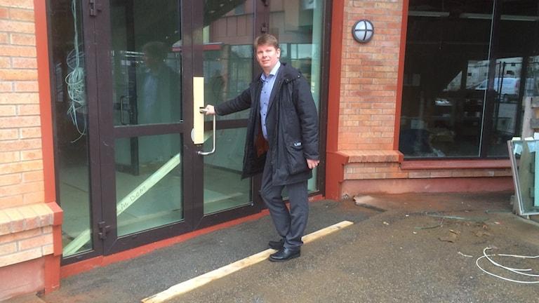 Rektor Jonas Axelsson utanför entrén till den nya skollokalen Prins Wilhelm.