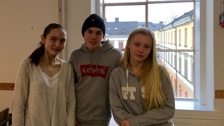 Elin Ärnbäck, Simon Lundgren och Moa Tallrot ska välja gymnasium i dagarna. Foto: Hugo Wennström / Sveriges Radio.