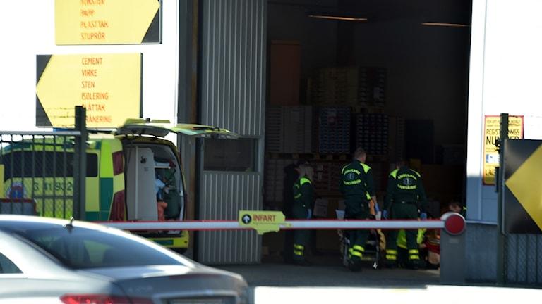 Ambulanspersonal gör en insats på Byggmax i Nyköping i samband med en arbetsplatsolycka. Foto: Pontus Stenberg.