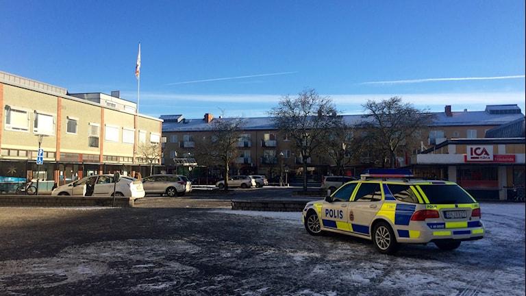 En polisbil står parkerad på torget i Fröslunda centrum. Foto: Annizeth Åberg/Sveriges Radio