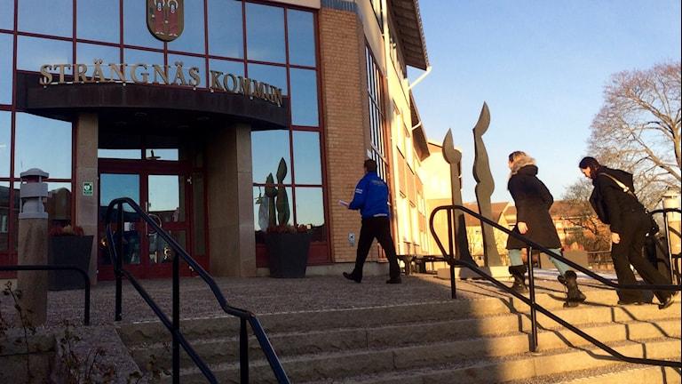 Tre personer är på väg in i Strängäs kommunhus. Foto: Annizeth Åberg/Sveriges Radio