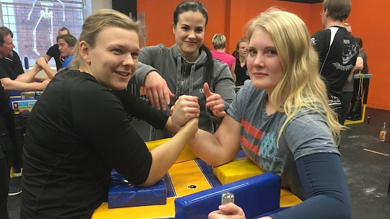 Felicia Rydstedt och Amanda Vidlund är redo att bryta arm. Domare i den här fajten är Sara Nyberg.