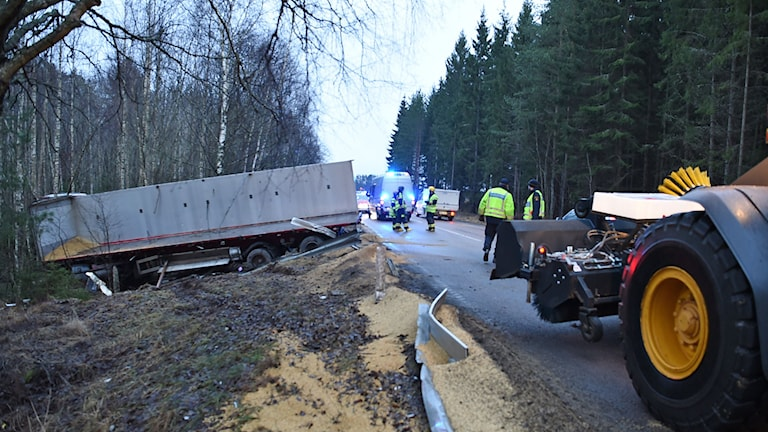 lastbil med släp ner i diket. Foto: Pontus Stenberg