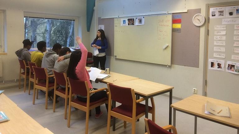 Läraren Fatin Al-Jadri undervisar på Tallbacken i Eskilstuna. Foto: Katarina Wahlström/Sveriges Radio.