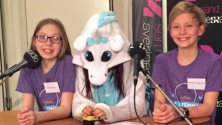 Gustav Aldenius och Tuva Jorg från Vitalisskolan klass 5B med klassens maskot Linda the unicorn.