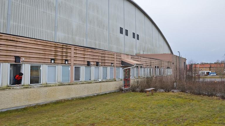 Gaveln på en arena, en person sticker ut huvudet genom fönstret. Foto: Petra Levinson/Sveriges Radio.