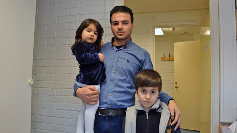 Farman Faisel Abdulla med barnen Rayan och Raman. Foto: Petra Levinson/Sveriges Radio.