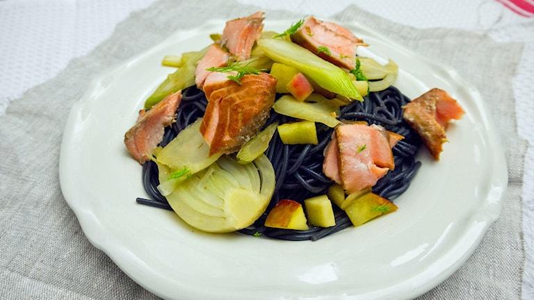 Worcestershire marinerad lax med fänkål och svart spagetti.