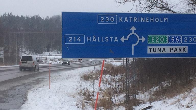 Trafiken på länsväg 214 från Eskilstuna till Vingåker har ökat, det är också den väg GPS-en föreslår alltfler väljer för att komma till Katrineholm från Eskilstuna. Foto: Katarina Wahlström/Sveriges Radio.