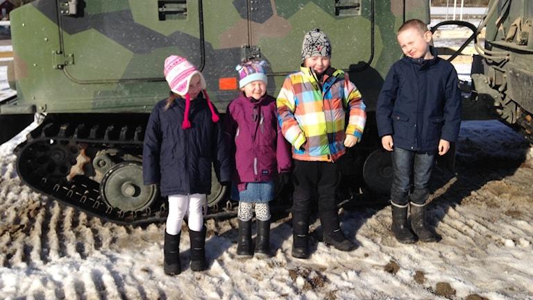 Barn på  försvarsfordonsmuseet Arsenalen i Härad