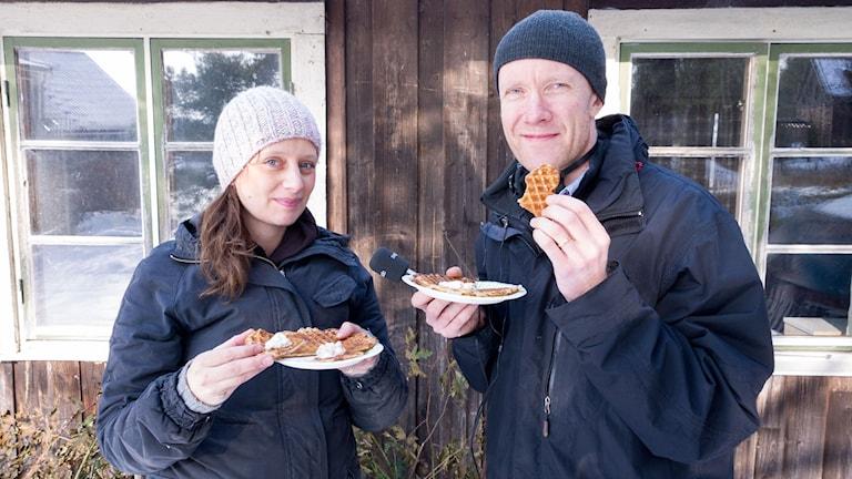 Malin Randeniye och Urban Hedqvist äter våfflor.