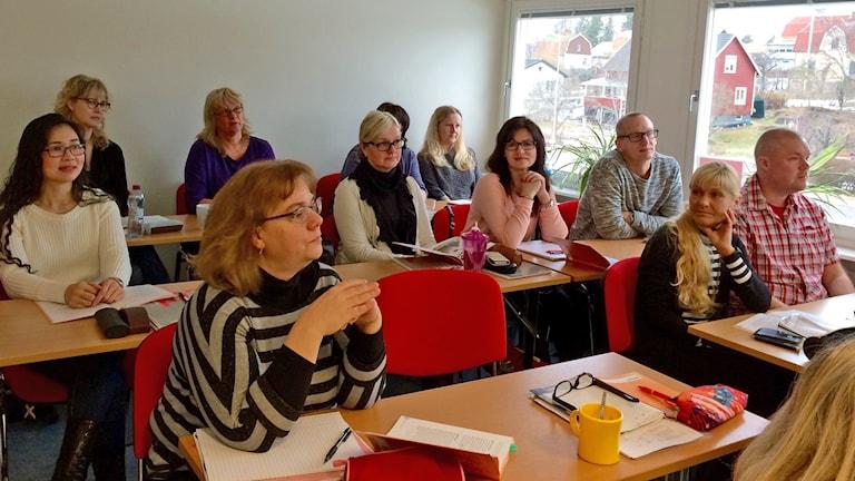 Ett klassrum med ett tiotal vuxna personer. Foto: Josefin Lundin/Sveriges Radio.