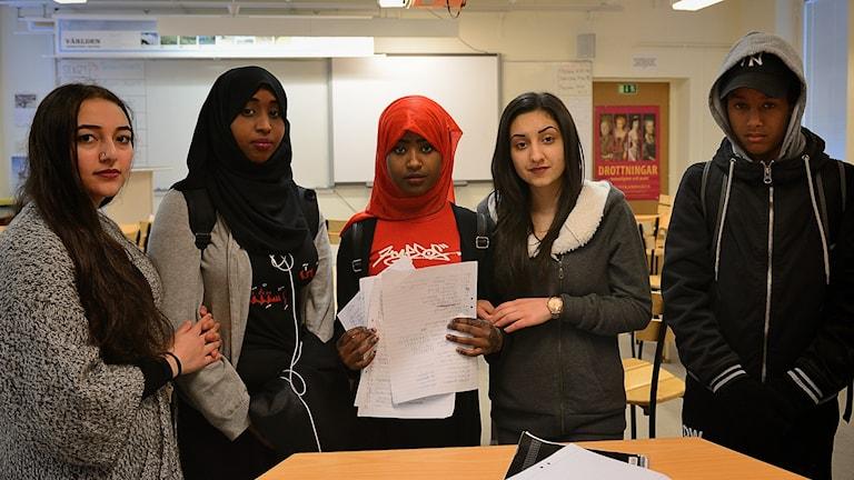 Özlem Özel, Anud Hussein, Nasteho Bashir, Shagharegh Najafi och Yuael Samson Mesfun, elever på Slottsskolan i Vingåker.