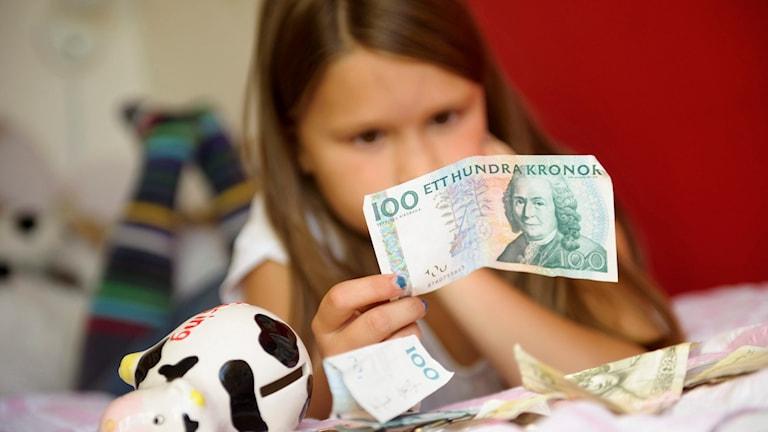 Barn och pengar. En flicka räknar sina pengar. Foto: Henrik Montgomery/TT.