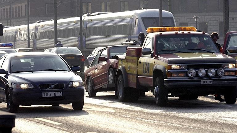 Krockad bil på centralbron bogseras bort av bärgningsbil vid 9 30 tiden på onsdagen.