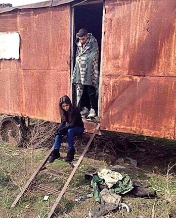 Leyle och Ali Cano från Vingåker, vid den husvagn de fått låna i Armenien.