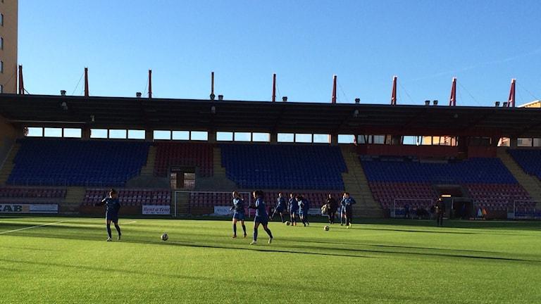 Eskilstuna United tränar fotboll på gräsplanen på Tunavallen. Foto: Annizeth Åberg/Sveriges Radio