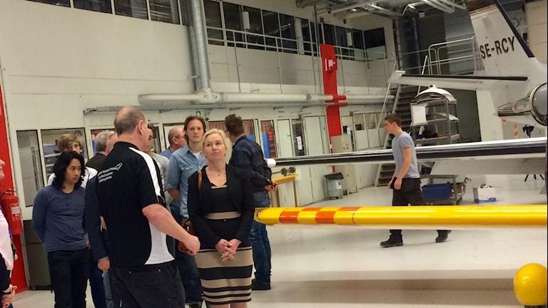 Infrastrukturminister Anna Johansson (S) får en rundvisning av Flygteknik Technical Trainings lokaler vid Skavsta